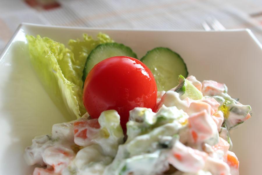 Вариация на руска салата с пресни зеленчуци