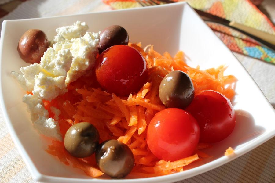 Свежа салата с моркови и натрушено сирене