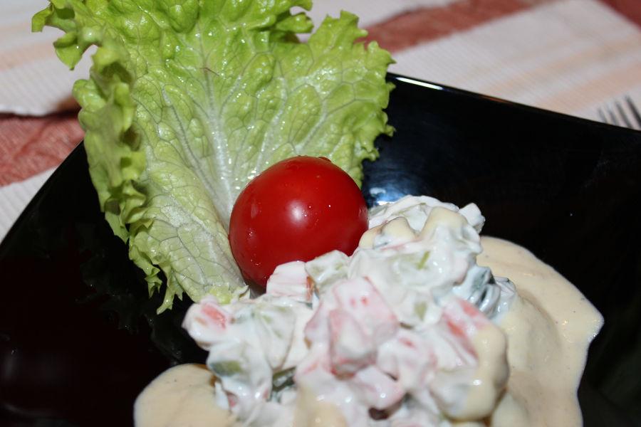 Руска салата с чери и сладко-кисел сос