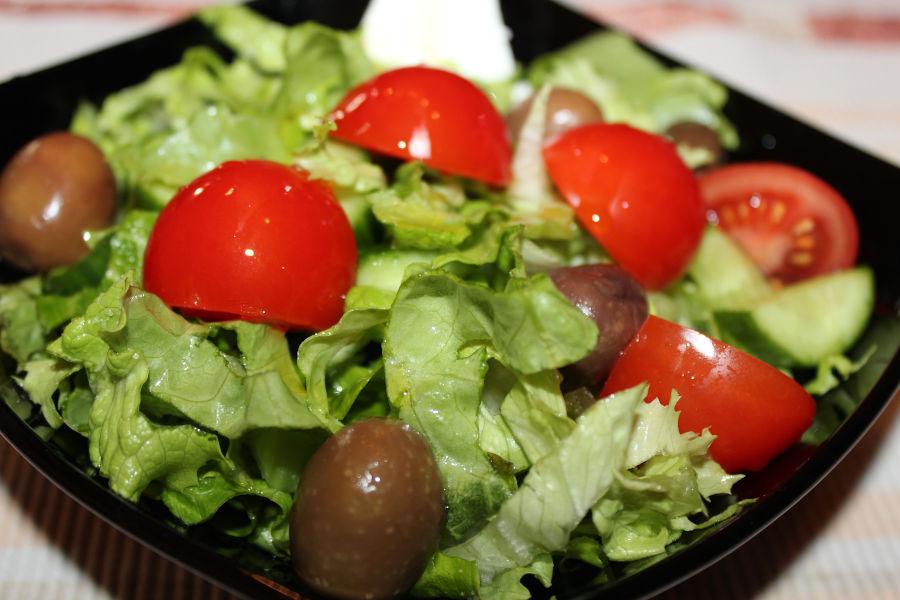 Зелена салата с чери доматчета