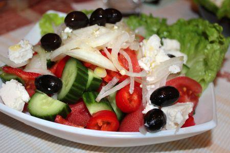 Класическа салата от домати и краставици