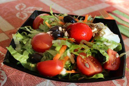Пролетна свежа салата с чери доматчета