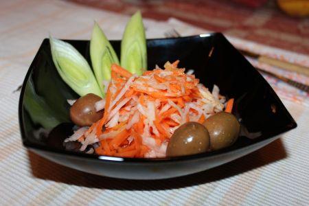 Залата от моркови и ряпа с праз и маслини